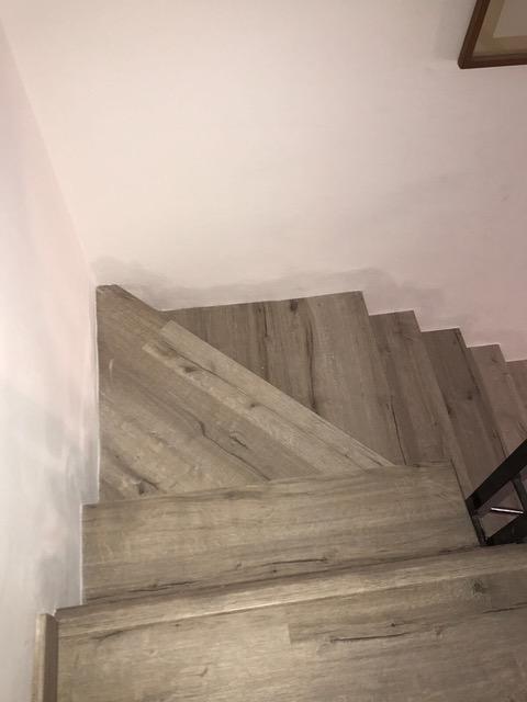 Forrado de escaleras con suelo laminado